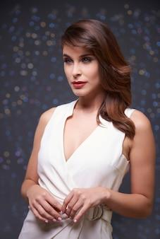 Ubrana w elegancką białą sukienkę