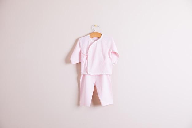 Ubrania dla dzieci i akcesoria na drewniane tła