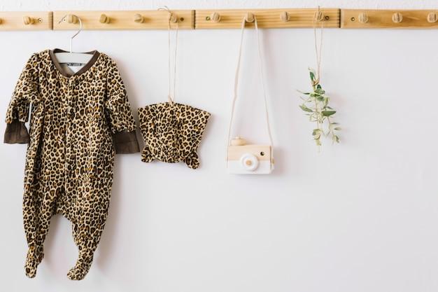 Ubrania dla dzieci i aparat zabawkowy