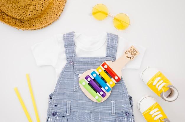 Ubrania dla dzieci leżące na płasko z ksylofonem