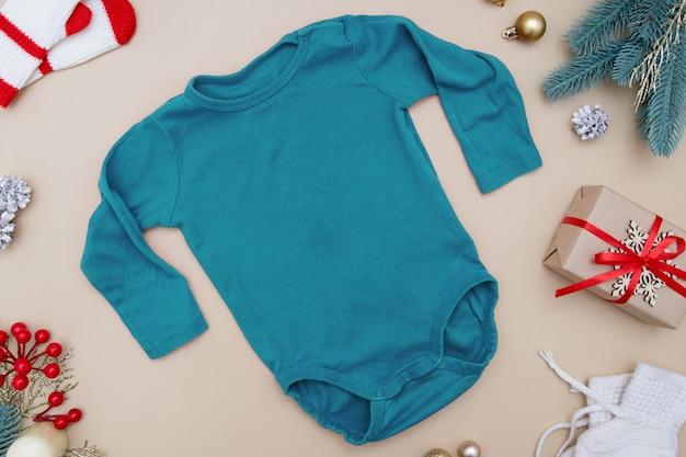 Ubrania dla dzieci makiety z dekoracjami świątecznymi i noworocznymi układ do projektowania logo