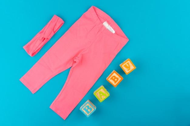 Ubrania dla dzieci na niebieskim tle widok z góry