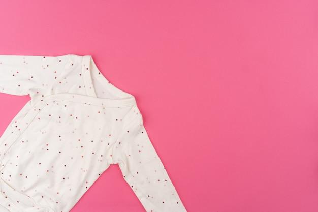 Ubrania dla dzieci na różowym widoku z góry