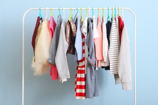 Ubrania dla dzieci na wieszaku na kolorowym tle
