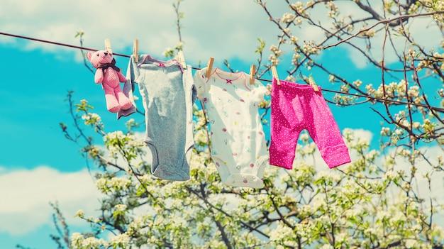 Ubrania dla dzieci wysychają na ulicy. selektywne ustawianie ostrości.