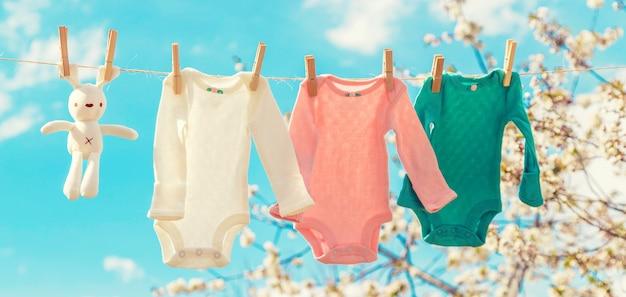 Ubrania dla niemowląt schną na ulicy