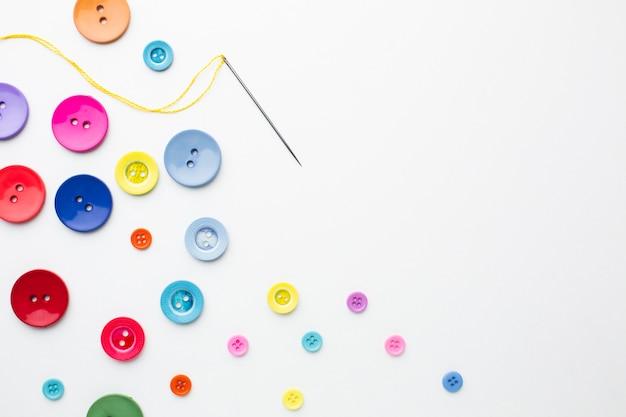 Ubrania kolorowe guziki z igłą i miejsce