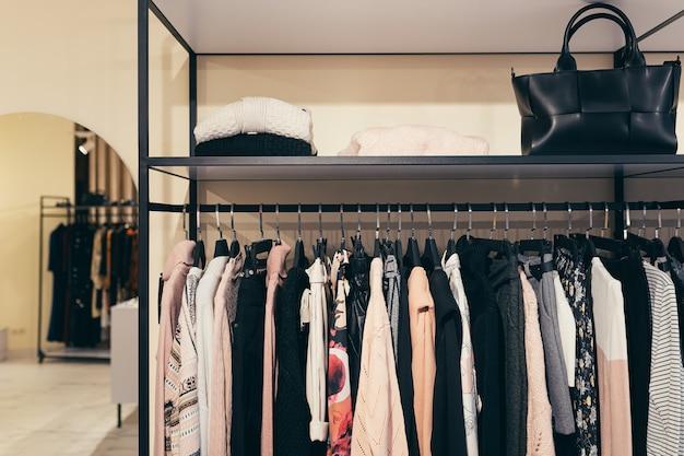 Ubrania na wieszakach, damskie kolorowe płaszcze