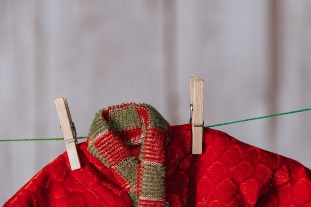 Ubrania świątecznego elfa zawieszone na spinaczach do bielizny. skopiuj miejsce. selektywne skupienie.