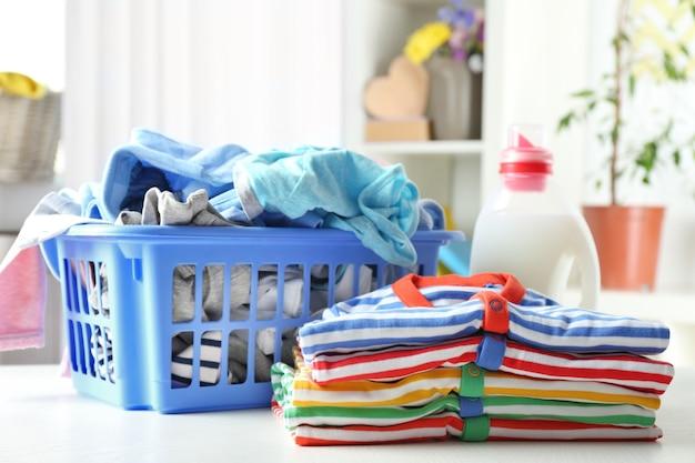 Ubrania w plastikowym koszu i detergencie