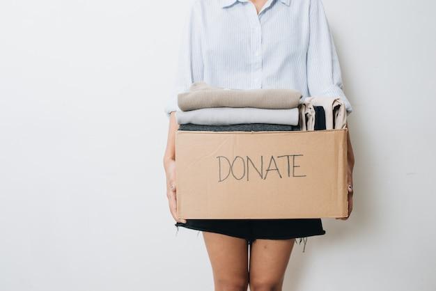 Ubrania w pudełku do darowizny koncepcyjnej i ponownego wykorzystania