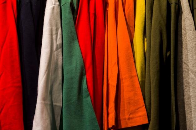 Ubrania w sklepie odzieżowym