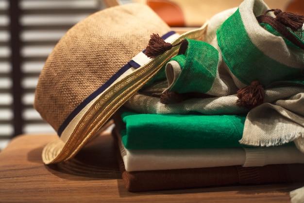 Ubrania z kapelusza, szalika i mężczyzny