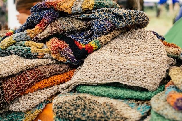 Ubrania z konopi. kolorowe czapki konopne na rynku. koncepcja eco