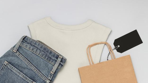 Ubrania z torbą na zakupy i pustą czarną metką