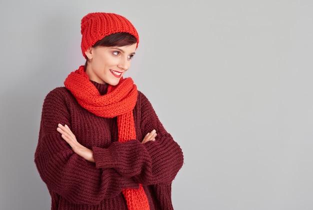Ubrany w ciepłe ubranie i odwracający wzrok