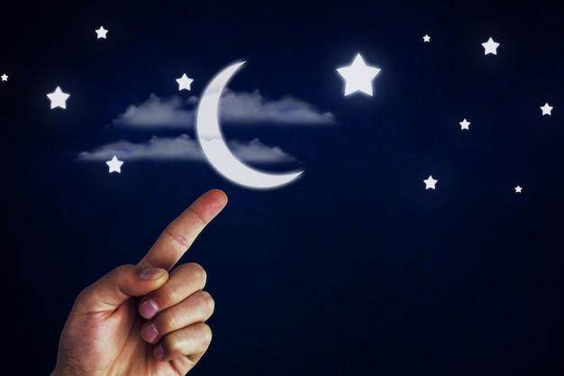 Ubywający sierp księżyca w dłoni