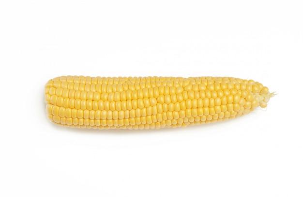 Ucho kukurudza z żółtymi ziarnami obranymi od zielonych liści odizolowywających na białym tle