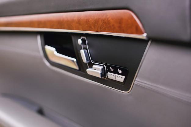 Uchwyt i elektryczne przyciski fotela luksusowego nowoczesnego samochodu