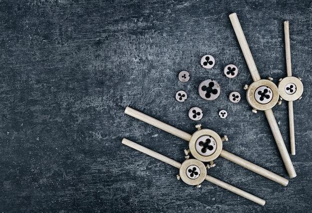 Uchwyt na matryce i różne matryce do gwintowania zewnętrznych gwintów w metalowych przedmiotach z miejscem na kopię