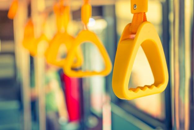 Uchwyt pętli w pociągu niebo.