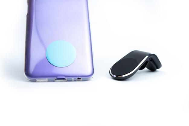 Uchwyt samochodowy na telefon z magnesem na białym tle