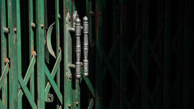 Uchwyt z zielonym zabytkowe metalowe drzwi przesuwne i cień