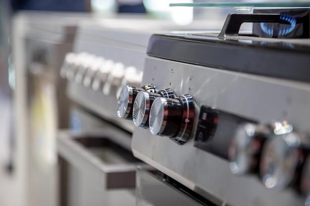 Uchwyty kuchenki gazowej lub elektrycznej zbliżenie widok z boku soft focus