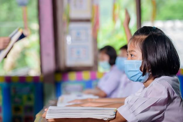 Uczą się uczniowie wiejskiej szkoły w tajskiej wiosce