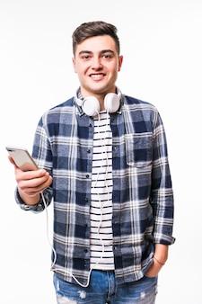 Uczeń blackhaired słucha muzyki za pomocą swojego nowego telefonu komórkowego