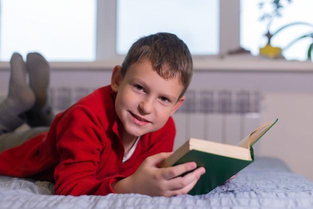 Uczeń czyta książkę w domu, nauka na odległość