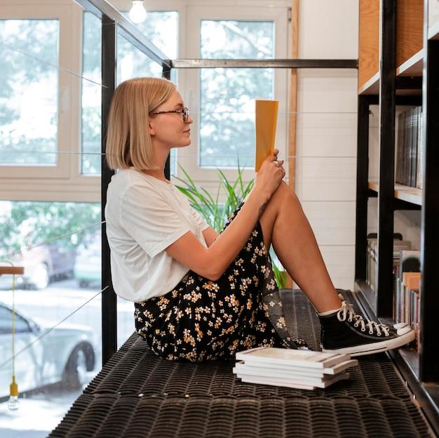 Uczeń czytający książkę w bibliotece