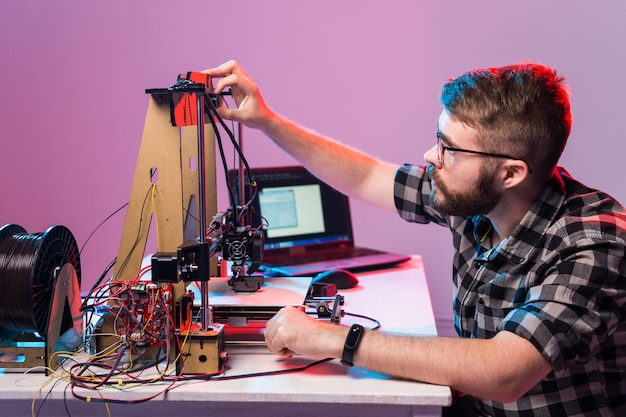 Uczeń drukuje prototyp na drukarce 3d.
