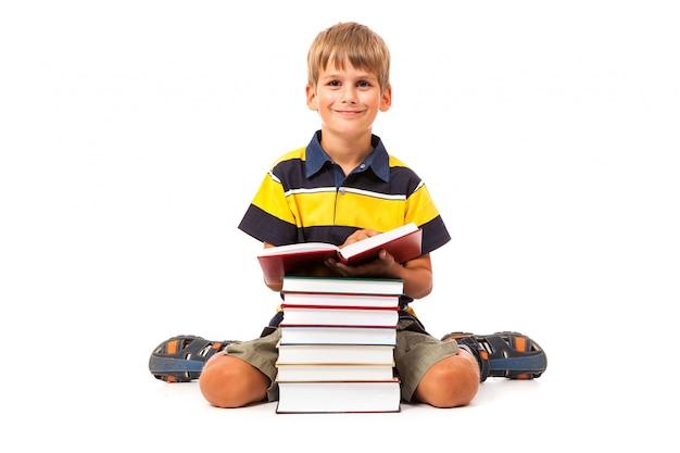 Uczeń i książki na białym tle
