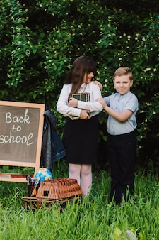 Uczeń i uczennica idą do szkoły