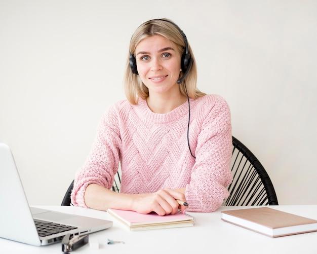 Uczeń jest ubranym hełmofonu e-learningowego pojęcie