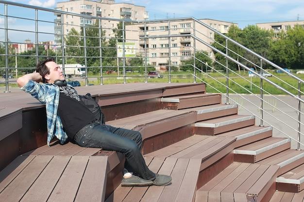 Uczeń na zewnątrz uczy się sam