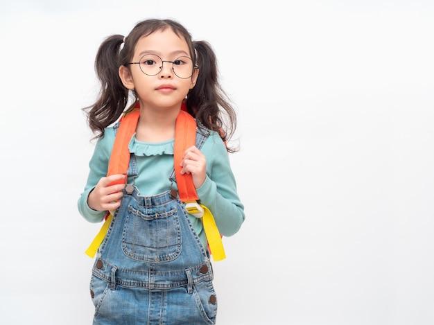Uczeń piękny dzieciak z przygotowaniem z powrotem do szkoły.