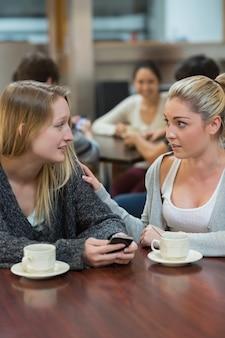 Uczeń pocieszający zdenerwowany przyjaciel z telefonu komórkowego