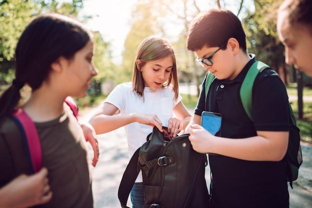 Uczeń pomaga dziewczynie znaleźć smartphone