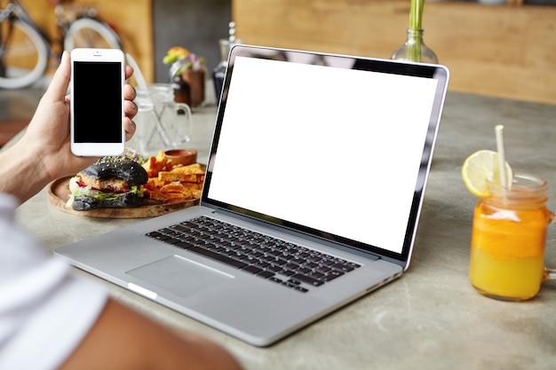 Uczeń pracuje na komputerze przenośnym