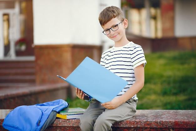 Uczeń spędza czas na szkolnym boisku