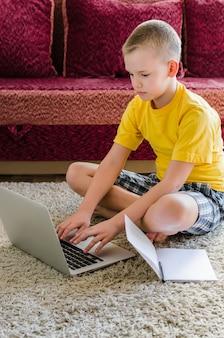 Uczeń studiuje w domu z laptopem