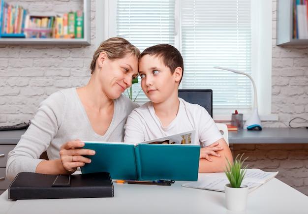 Uczeń uczy się online. nauka w domu, edukacja online i nauczanie na odległość. koncepcja kwarantanny i dystansu społecznego.