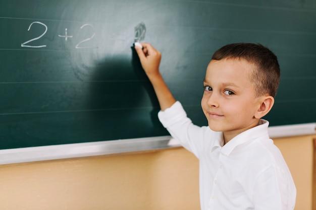 Uczeń uśmiecha się w klasie