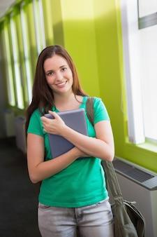 Uczeń używa jej pastylkę w bibliotece