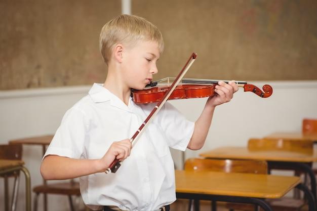 Uczeń używa skrzypce w klasie