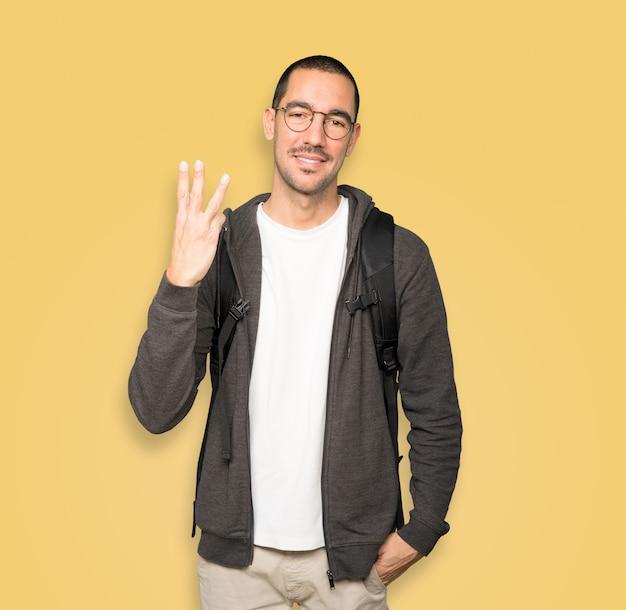 Uczeń wykonujący gest numer trzy