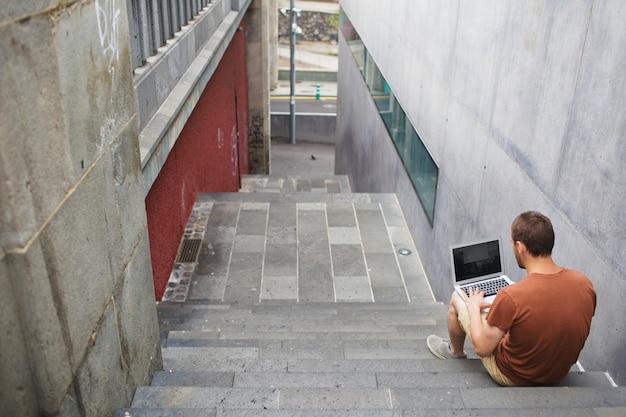 Uczeń z laptopem na przerwie