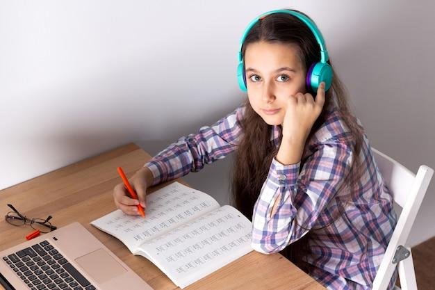 Uczeń z laptopem słuchając webinaru online ze słuchawkami. elearning concept.